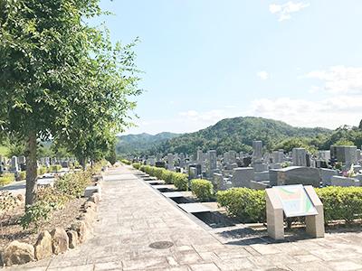 宝塚市立すみれ霊園の墓地内風景